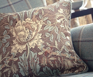 Honeysuckle & Tulip Cushion On Woodford Chair Lr Morris and Co Art of Decoration IV Бумажные обои Англия
